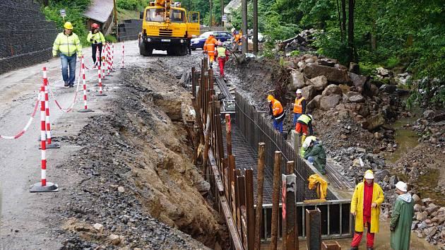 Práce na úpravách silnice mezi obcemi Merklín a Pstruží.