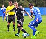 V úvodním kola krajského přeboru nejdecký FK (v modrém) nestačil na nováčka z Františkových Lázní (v černém), kterému podlehl 2:3.