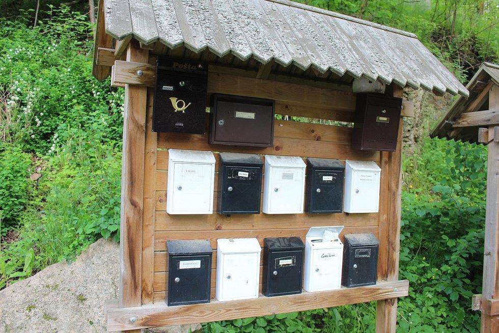 Schránka spolku má společné umístění s dalšími, aby poštáci adresáty našli.