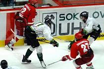 Straší dorost hokejové Energie Karlovy Vary (v bílém) porazil v dalším extraligovém utkání pražskou Slavii 5:3.