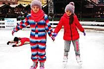 Počasí bruslení na otevřených plochách nepřeje. Výjimkou bylo kluziště na chebských vánočních trzích.