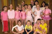 Děti z tanečního oddělení ZUŠ Antonína Dvořáka v pozadí s taneční lektorkou Janou Muchovou a korepetitorem Radkem Svobodou.