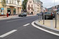 NOVÁ PODOBA. Sokolovská ulice doznala po rekonstrukci velkých změn. Původní materiál ale při této opravě nebyl použit, jako se tomu stalo například v Mariánských Lázních.