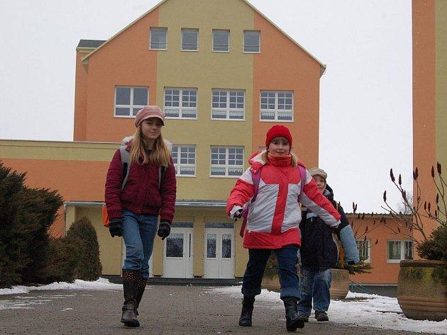 Žákyně Základní školy v Toužimi (zleva) Sabina Vitnerová a Gábina Surmová odcházejí z vyučování. Ve škole se jim líbí, stejně tak jako volné odpoledne.