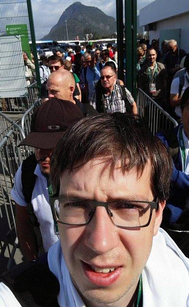 NEKONEČNĚ dlouhé fronty provázejí v Riu nejen novináře. Takto se třeba čeká na Mediabus, který rozváží žurnalisty po sportovištích.