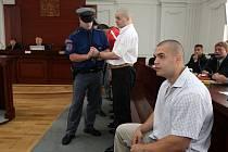 I když deset členů zločineckého gangu, za jehož šéfa je považován Milan Zádamský, požádalo už před týdnem o propuštění na svobodu, stále zůstávají ve vazbě.