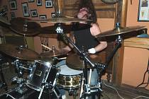 JEDNOU ze soutěžících kapel jsou také chodovští Hadem pro mého munga. Koncerty doprovází jejich živelnost.