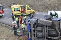 Nehoda na silnici I6 u Žalmanova. Převrácený kamion blokuje silnici na Prahu.