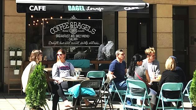 První bagelová kavárna v Karlových Varech láká k posezení.