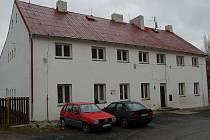 """ZDE VYHASL ŽIVOT. Manfred Roth zemřel vloni v únoru v tomto domě, který patří Františku Krejčímu. Ten tvrdí: """"Spoléhal jsem se na odborníky, a to byla chyba!"""""""