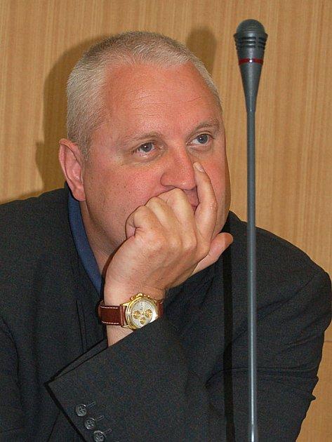 David Hanzl rezignoval na funkci předsedy, členem představenstva KKN však zůstává.