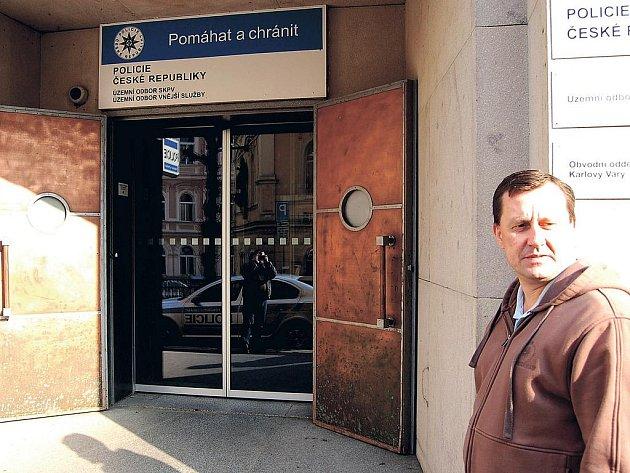 Vstup do sídla karlovarské policie.