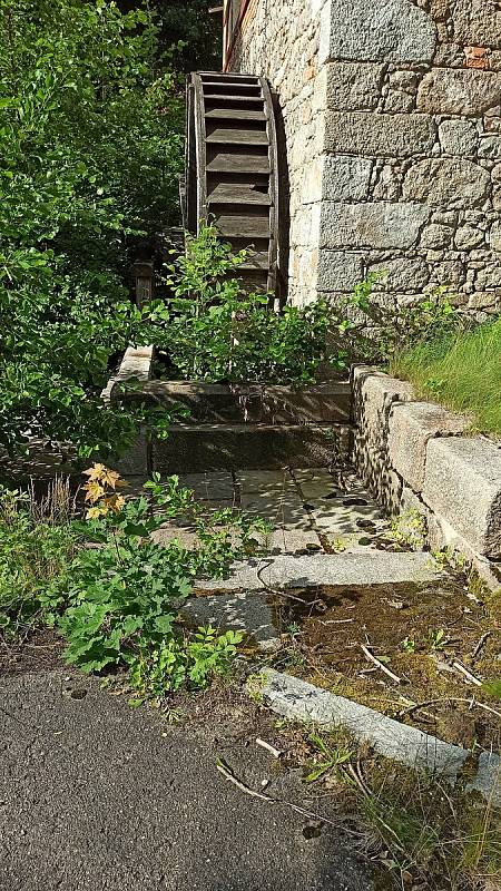 Mlýn postavený na konci 19. století prošel nákladnou rekonstrukcí. Nyní zarůstá travou a plevelem.