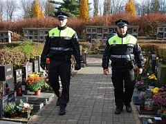Strážníci na hřbitově.