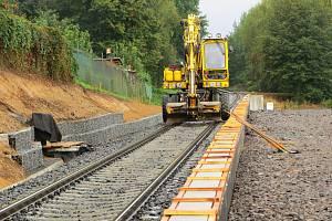 Celkem 14 milionů korun bude stát nová železniční zastávka v Karlových Varech – Tuhnicích. Stavební práce jsou v plném proudu. Hotovo bude před začátkem platnosti nového grafikonu na začátku letošního prosince.