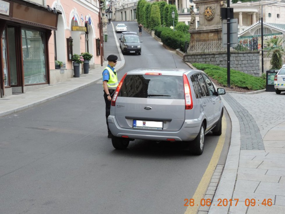 Městská policie kontroluje řidiče, zda mají povolení ke vjezdu do lázeňského území.