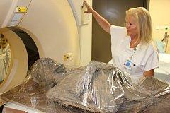 Zkoumání chodovské mumie v karlovarské nemocnici.