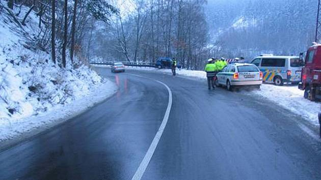 Řidič Suzuki (vůz na snímku vlevo) utrpěl při nehodě závažná zranění. Viník z místa ujel.