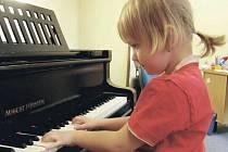 KARLOVARSKÁ RŮŽIČKA. Soutěž klavíristů do dvanácti let přilákala do Karlových Varů řadu talentů.