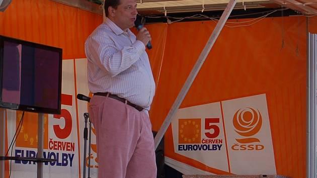 Předseda ČSSD Jiří Paroubek na předvolebním mítinku v Karlových Varech.