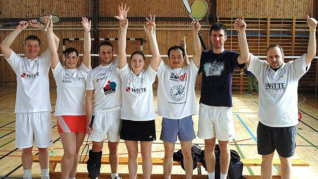 Badmintonisté Jiskry Nejdek. Zleva: Miloš Kamaryt, Štěpánka Beranová, Libor Marek, Marcela Nesvedová, Tung Hai Trinh, Jan Klimaj a Stanislav Newiak.