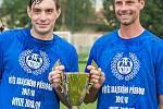 Ostrovští fotbalisté (v modrém) slavili po utkání s Královským Poříčím, které vyhráli 7:1, návrat do divizní soutěže.