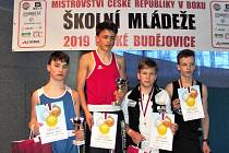 Boxer Baníku Sokolov Roman Malý na stupních vítězů (zcela vlevo, v modrém dresu)