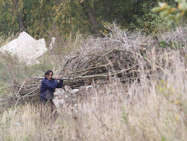 Místu, kde byl muž pobodán, se místní obloukem vyhýbají, bojí se, že i venčení pejsků se může stát osudným.