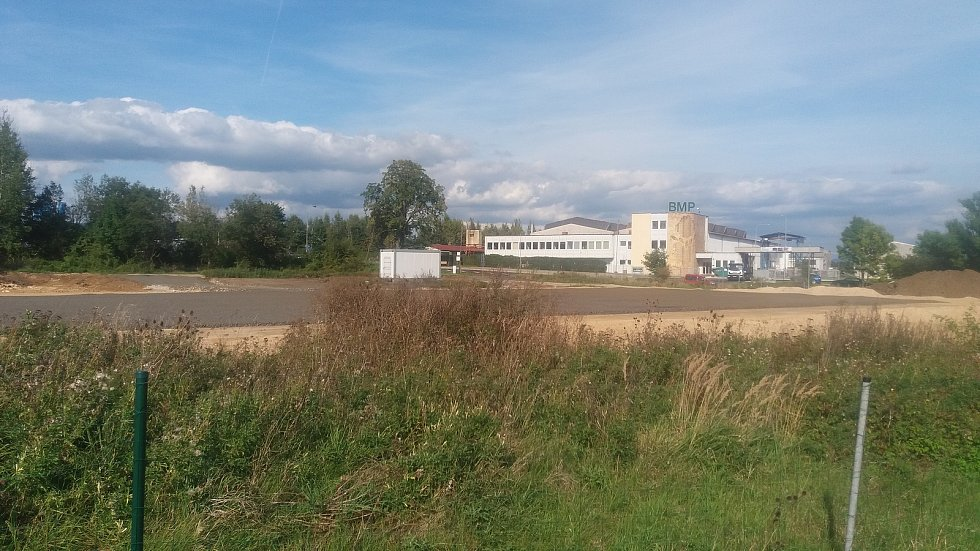 Pozemek pro další obchod v Jenišově se už připravuje pro zahájení stavby.