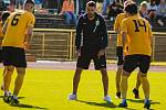 Vít Vrtělka (uprostřed), trenér FK Baník Sokolov.