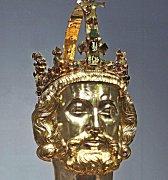 ZHOTOVIT REPLIKU koruny Karla IV. pro oslavy 700. výročí jeho narození nebylo jednoduché. Pro K. Vary ji vyrobilo Barrandov Studio a vycházelo přitom i z relikviářové busty sv. Karla Velikého v Cáchách, kterou nechal Karel IV. zhotovit kolem roku 1350.