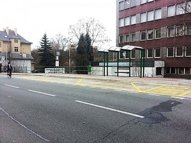 NOVÁ ZASTÁVKA MHD Mattoniho nábřeží, která slouží cestujícím v Karlových Varech.