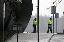 Policie neprodyšně uzavřela budovu nové haly karloarského letiště. Důvodem byl objevený podezřelý předmět. Naštěstí se potvrdilo, že by mělo jít o nástražný systém.