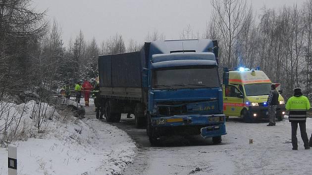 V pátek 9. ledna ráno se v Mezirolí střetlo osobní auto s nákladním vozidlem. Řidička osobního auta při nehodě zahynula.