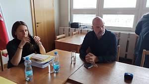 Primátorka Andrea Pfeffer Ferklová a jednatel Bydlení Charkovská Jiří Kalous hovořili o aktuální situace s ubytovnou v ulici Charkovská.