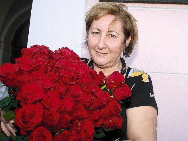 Starostka města Olga Haláková s náručí plnou překrásných růží.