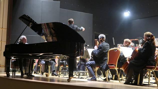 V hotelu Ambassador vystoupí společně s Karlovarským symfonickým orchestrem chorvatský klavírista Lovro Pogorelich v Ambassadoru.