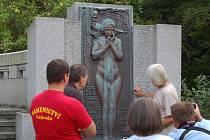 Instalace replik reliéfů Heřmana Kouby, odstraněných po II. světové válce, na pomník Ludwiga van Beethovena.