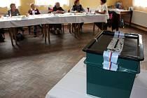 Z volební místnosti v Čichalově na Karlovarsku.
