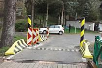 Ani zábrany některé řidiče neodradí v pokusu najet na most.