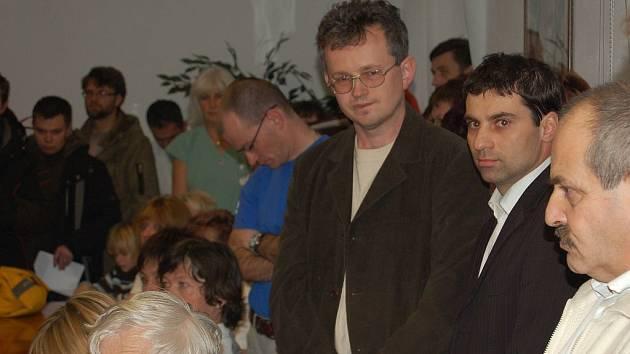 Tomáš Hybner (ČSSD, druhý zprava) mezi lékaři.