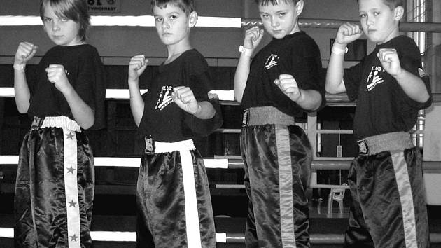 Kvarteto nejmladších bojovníků, které úspěšně reprezentovalo Karate klub Karlovy Vary na pražském mítinku. Zleva: Matěj Lanczman, Ríša Stránský, Jura Ružejnikov a Šimon Chlapovič.