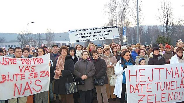 Zdravotnictví na ulici. Před třemi lety se karlovarští zdravotníci proti kraji vzbouřili poprvé (na snímku). Tehdy uspěli a bodovali i v krajských volbách. Nyní budou protestovat znovu.