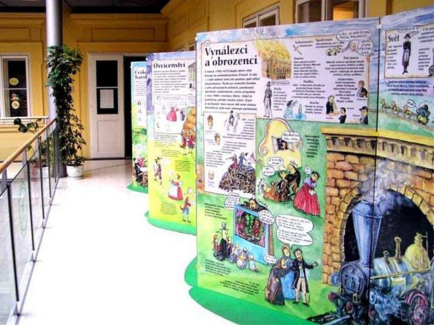 Návštěvníci karlovarského muzea Zlatý klíč si mohou prohlédnout neobvyklou výstavu — obří leporelo nazvané Dějiny udatného českého národa a pár bezvýznamných světových událostí.