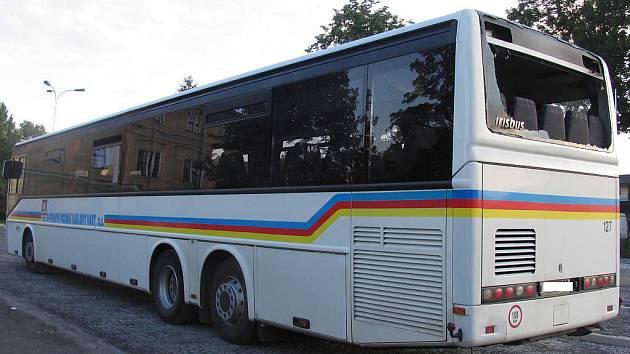 Nepozornost při couvání. Při manévru v karlovarské Nákladní ulici se řidič dostatečně nevěnoval řízení, a zadní částí autobusu narazil do garáže.