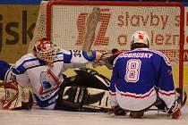 Brankář Žraloků Jiří Bozděk (vlevo) se měl v přípravném utkání s kolínskými Draky co ohánět. Na snímku nestačil na vyrovnávací branku kolínského Dobruského. Nakonec se oba soupeři rozešli smírně 3:3.