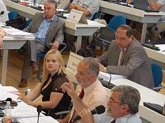 Zastupitelům města Karlovy Vary může být před jejich jednáním podstrčeno prakticky cokoliv. Změní se to?
