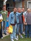 Cenu pro nejlepšího brankáře si odnesl Petr Vigh (uprostřed), který pro nedostatek gólmanů hájil branku dvou mužstev.