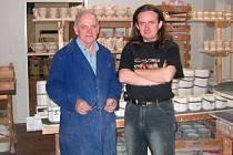 Martin Douša, spolumajitel a jednatel malé rodinné porcelánky MD – PORCELÁN (na snímku vpravo se svým otcem Stanislavem), věří, že se jejich firmě podaří přežít ekonomickou krizi, která položila Karlovarský porcelán.