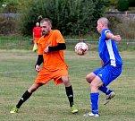 Fotbalisté Stružné (v modrém) dosáhli na velmi cennou výhru 3:2 ve šlágru kola s Kyselkou (v oran